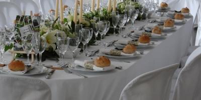 Table ovale chaises houssées