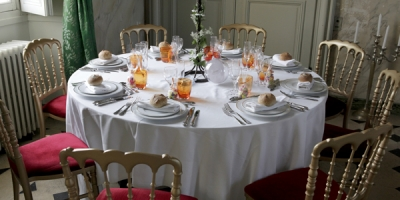 Table ronde chaises Napoléon or/bordeaux