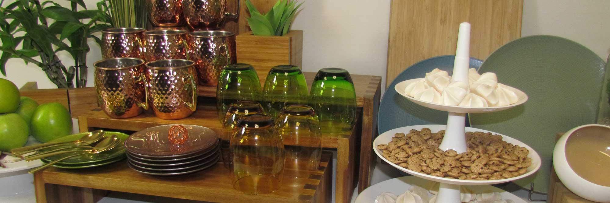 Assortiment de vaisselle sur un buffet Sur Un Plateau